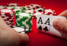 Menghemat Waktu Dulunya hal ini sering dialami oleh para pemain judi poker adalah para pemain harus pergi ke tempat Casino terlebih dahulu, dan harus melakukan persiapan serta juga harus menempuh jarak yang akan membuang banyak waktu sebelum bermain. Tapi sekarang dengan bermain judi poker online, Anda hanya cukup menggunakan smartphone atau komputer dan koneksi jaringan internet. Maka, nantinya Anda cukup mengakses situs atau website judi poker tersebut yang hanya memakan waktu beberapa menit saja.   Aktif selama 24 Jam Layanan judi poker online ini tersedia selama 24 jam, yang artinya Anda bisa bermain di jam berapa saja. Berbeda dengan jika Anda bermain di Casino langsung, dimana Anda harus mempunyai waktu untuk perjalanan pulang dan beristirahat. Ditambah lagi, Anda hanya bisa bermain pada waktu senggang untuk bisa mengunjungi tempat Casino. Sedangkan judi Poker online hanya bermain sebentar saja dalam waktu setengah jam pun tidak ada masalah.  Bisa Bermain Dari Berbagai Negara Dengan bermain judi poker online, Anda bisa bermain dengan  pemain lain dari seluruh dunia, dan sudah menjadi kelebihan dari internet untuk bisa menghubungkan para pemain judi dari seluruh dunia di dalam suatu situs.  Terjaminnya Keamanan  Oleh karena Anda bisa bermain judi poker online ini dari rumah maka pastinya akan aman. Hal ini dikarenakan dengan tidak adanya tempat bermain yang lebih aman dari rumah sendiri. Jadi dengan bermain judi Poker online dirumah, Anda dapat menikmati permainan dengan santai dan nyaman tanpa ada rasa takut dalam bermain.